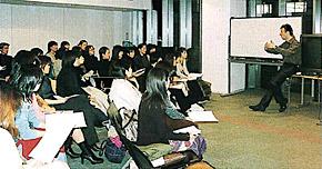 ラウンジで行われた「ランゲージ・サンプラー」(2000年11月)